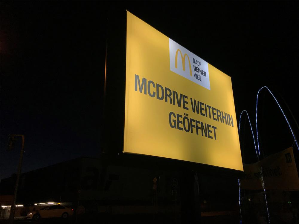 Einzelhandel Kampagne McDonalds in der coronazeit trotter deutschland nacht beleuchtet 1000x750