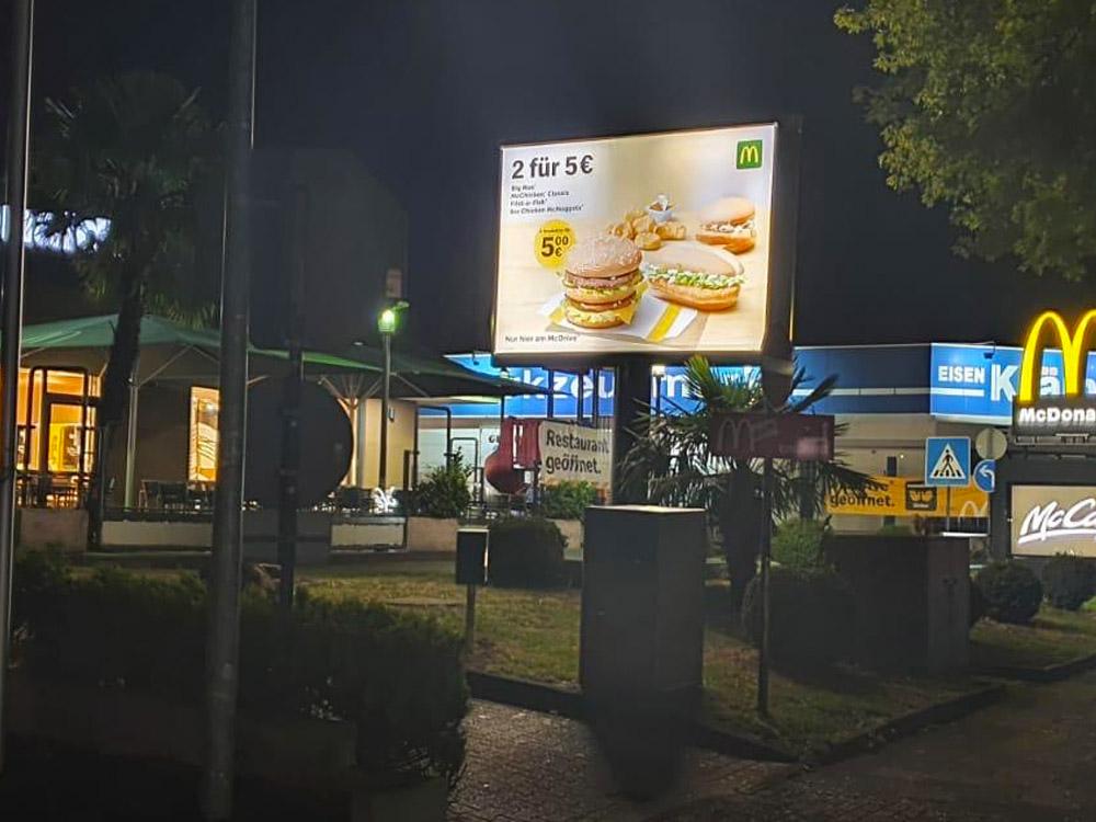 Einzelhandel Kampagne McDonalds trotter deutschland nacht beleuchtet 1000x750