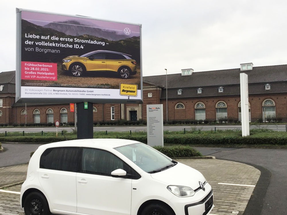 Kampagne ID.4 autohaus Borgmann Trotter billboard aussenwerbung werbeflache 2 1000x750